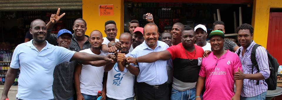 Una vez recibida la credencial que lo acredita como alcalde de Tumaco, los seguidores del mandatario se concentraron a las afueras del coliseo para demostrarle su respaldo