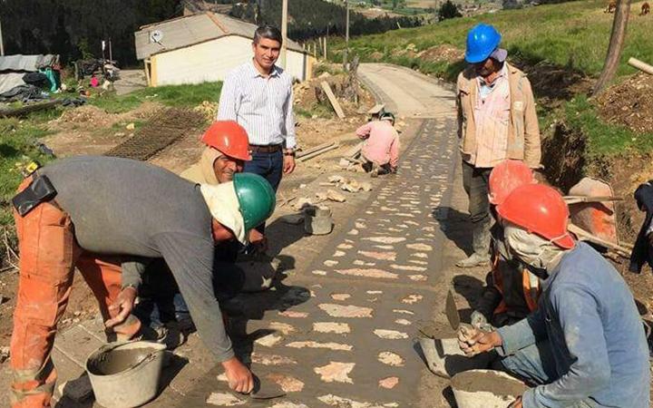 El alcalde Wilson Castiblanco acompaña la ejecución de obras de placahuella en el municipio.
