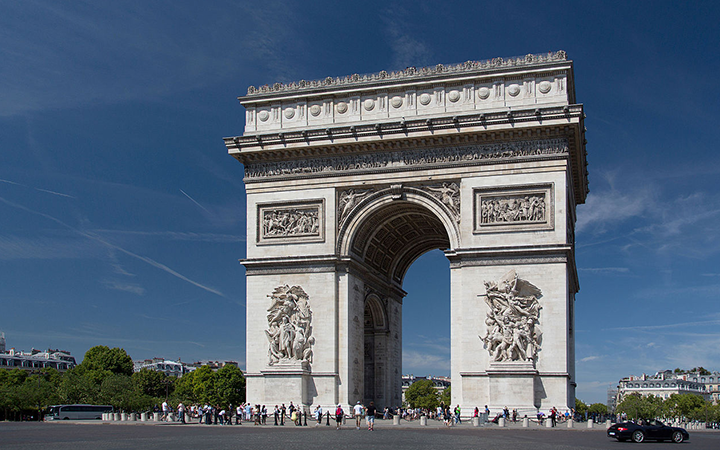 El famoso Arco del Triunfo en País, Francia.