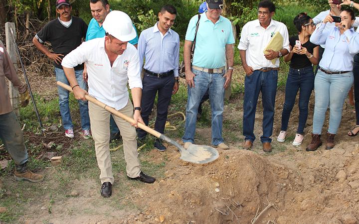 El alcalde da inicio a la construcción del sistema de acueducto y alcantarillado en el corregimiento de Costilla.
