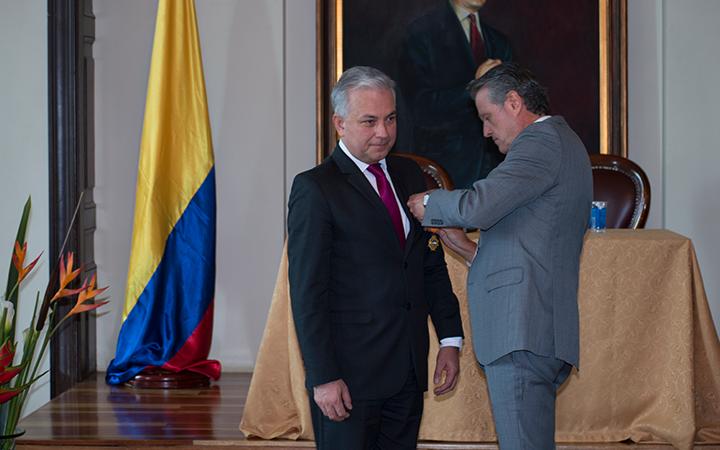El secretario Ángelo Quintero Palacio, recibiendo la Orden del Grado de Caballero por parte del Senador Luis Sierra, en el salón Luis Carlos Galán del Congreso de la República.