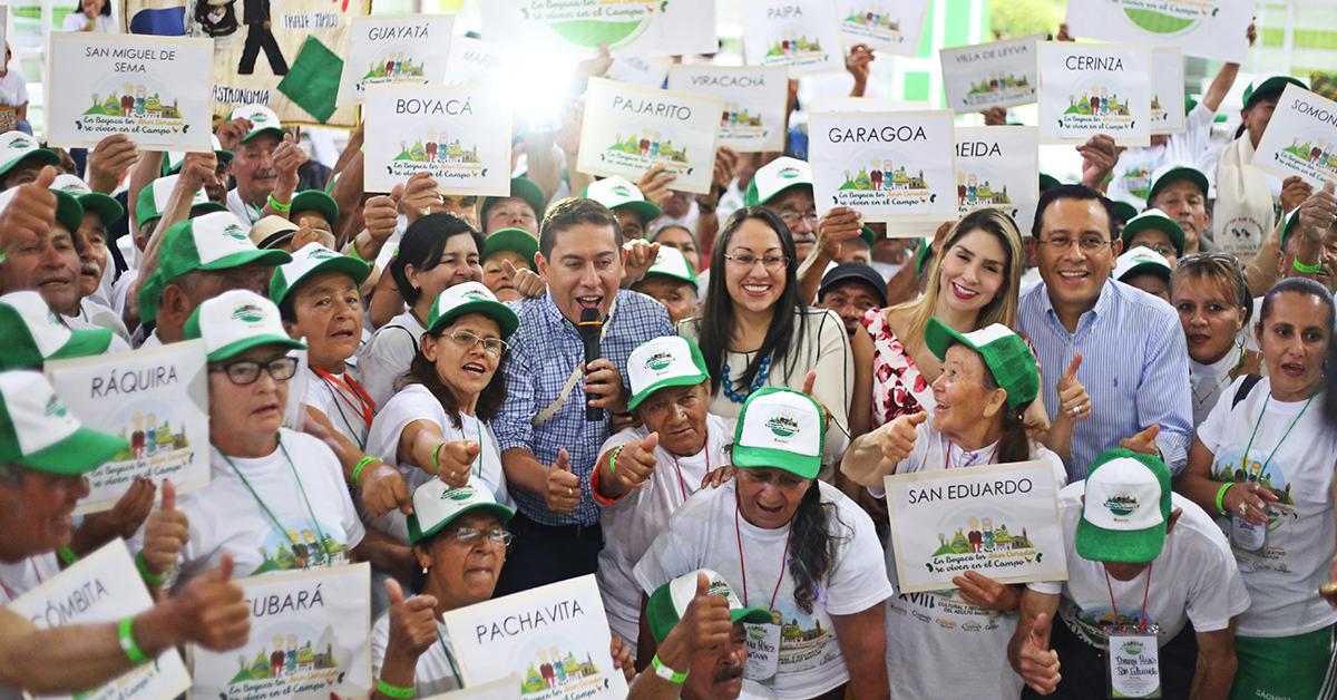 La gestora social, Nancy Amaya, junto a su hermano, el gobernador Carlos Amaya en un evento para la población femenina del adulto mayor.