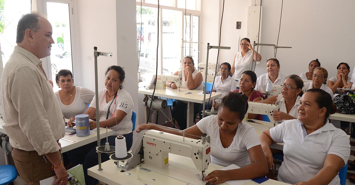 El gobierno local ha desarrollado programas para la formación de más de 1.800 mujeres cabeza de hogar con problemas de discapacidad, víctimas del conflicto o de violencia intrafamiliar.