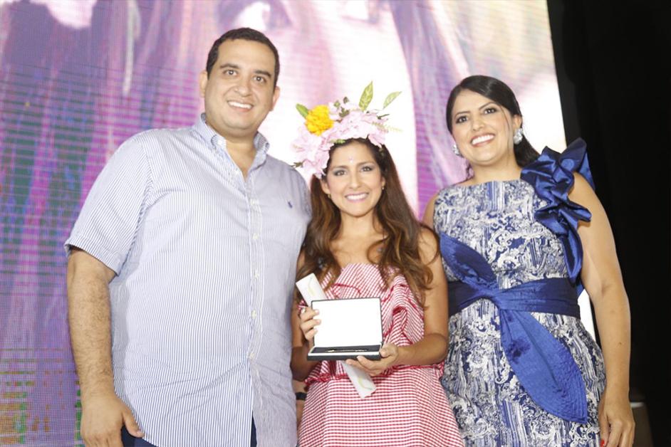 El alcalde de Sincelejo, Jacobo Quessep, y la gestora social Angélica Cuevas entregan las llaves de la ciudad a Aida Bossa.