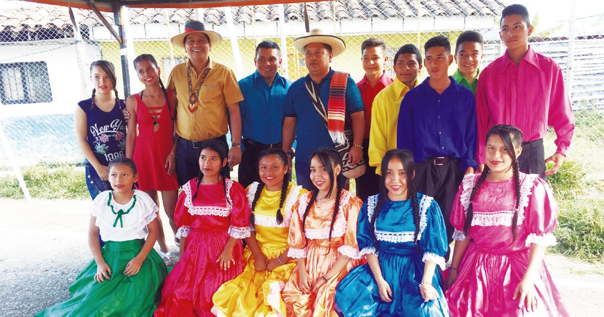 Bernardo Arley Hernández Ayala en compañía del grupo de danzas folclóricas del Resguardo Indígena Escopetera Pirza.