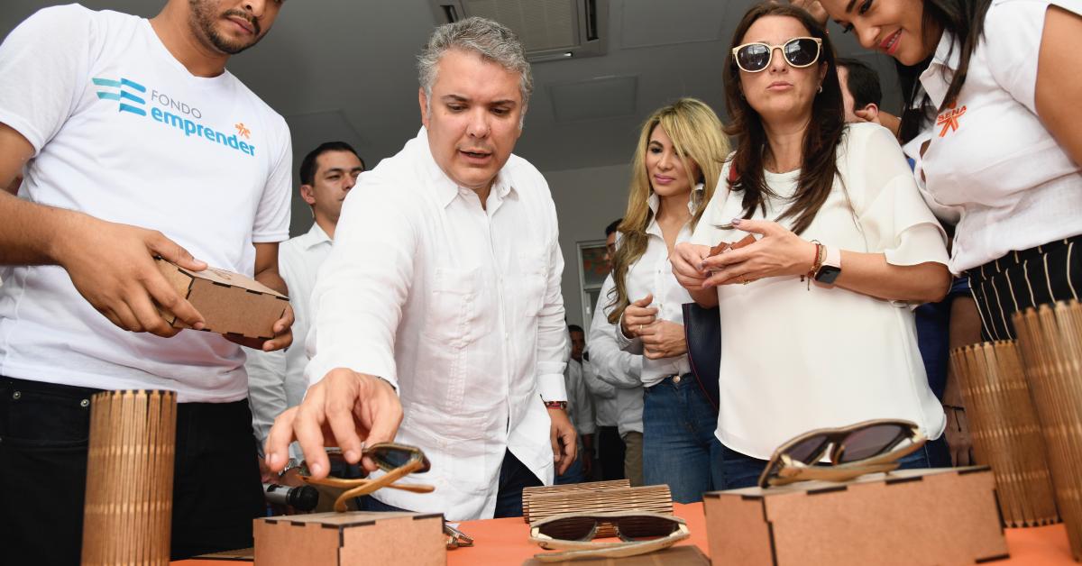 El-Presidente-Duque-observa-los-productos-exhibidos-en-la-sede-Industrias-Creativas-del-SENA,-que-entregó-en-Barranquilla.