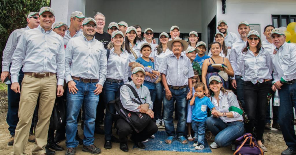 Con el Plan Padrino, los contratistas y empleados de la compañía aportan recursos para construir y dotar los hogares de las familias de las zonas de influencia de Parex, siendo un ejemplo de solidaridad y conciencia social.