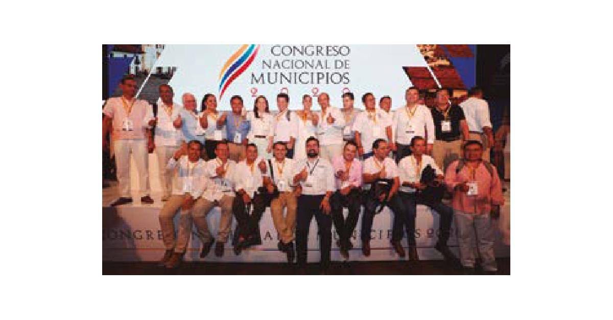 Etelivar Torres Vargas, en compañía de otros mandatarios locales en el Congreso Nacional Municipios