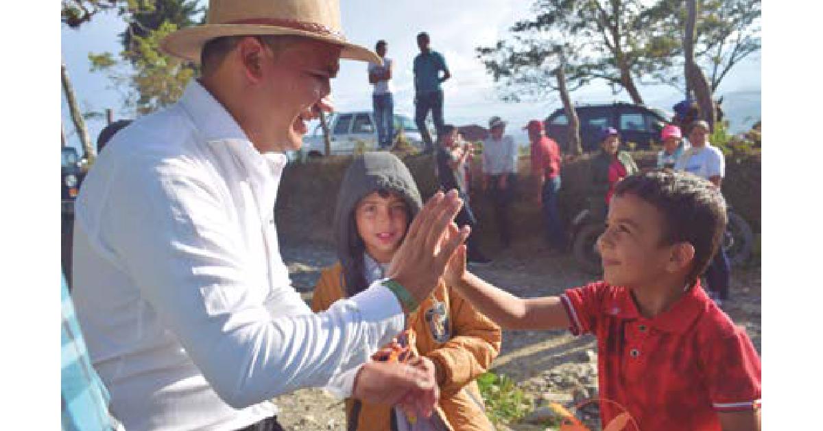 """La Profesión de Ser Paceño"""", refleja al líder del municipio compartiendo con su comunidad, recorriendo toda la región."""