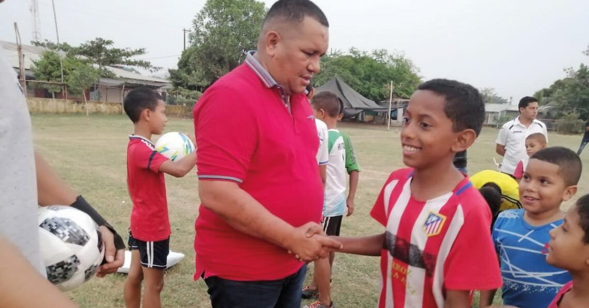 Sorteo de balones de fútbol para los niños en San Jacinto del Cauca de la mano del coordinador de deportes Elkin Medina.