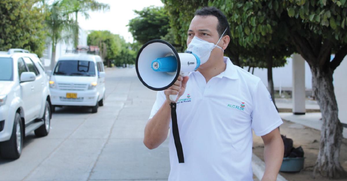 Con megáfono en mano el alcalde recorrió las calles invitando a la gente a quedarse en casa y cuidarnos del coronavirus.