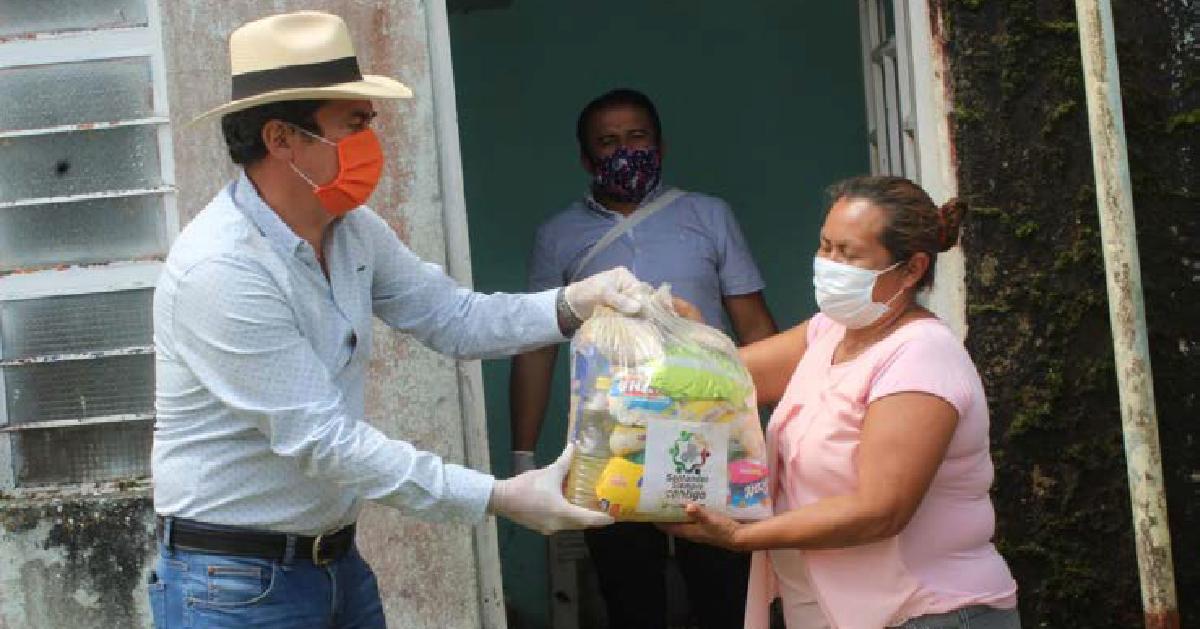 Entrega de ayudas alimentarias a personas vulnerables