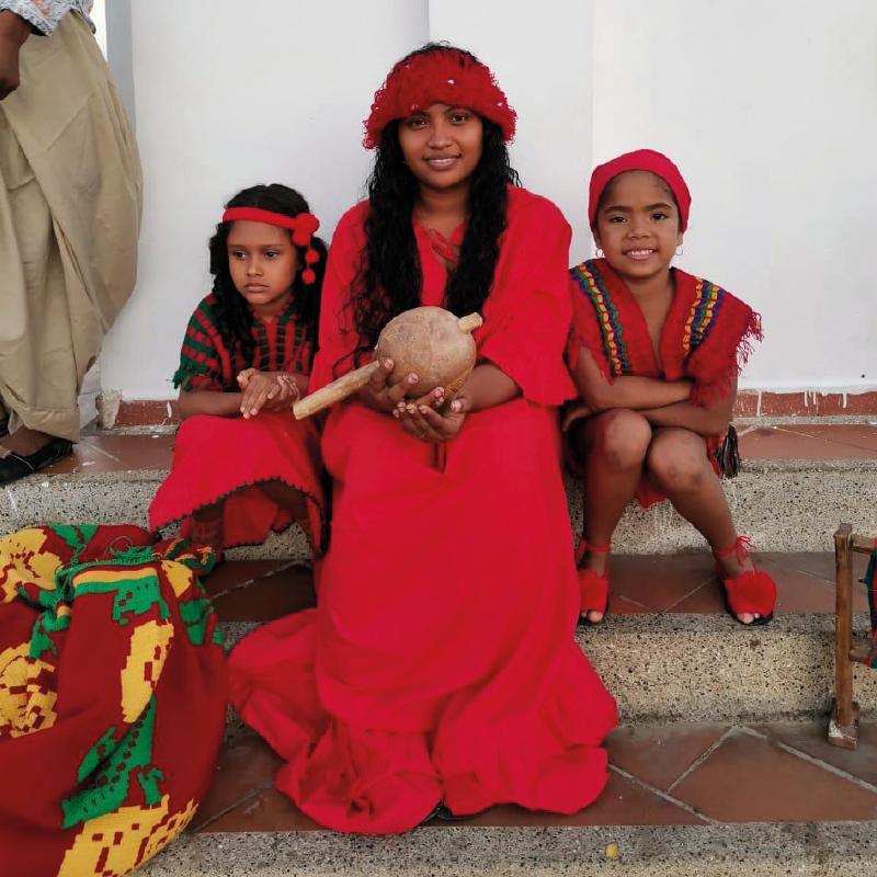 Integrantes de la comunidad con sus trajes típicos.
