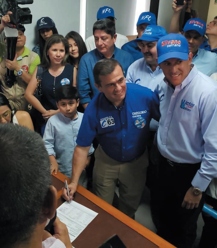 Día de la inscripción en la Registraduría Departamental en compañía de su familia y del senador Juan Carlos García Gómez.